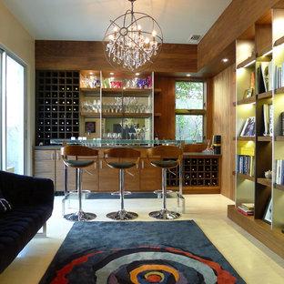 Immagine di un angolo bar contemporaneo con ante lisce, ante in legno bruno, pavimento in marmo e nessun lavello