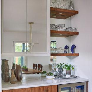 デンバーの広い北欧スタイルのおしゃれなホームバー (コの字型、アンダーカウンターシンク、フラットパネル扉のキャビネット、中間色木目調キャビネット、珪岩カウンター、白いキッチンパネル、セラミックタイルのキッチンパネル、淡色無垢フローリング、白いキッチンカウンター) の写真