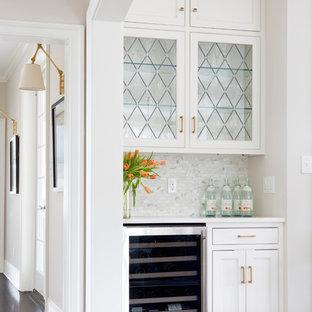Ispirazione per un angolo bar tradizionale di medie dimensioni con ante a filo, ante bianche, top in quarzite, paraspruzzi bianco, paraspruzzi in marmo, parquet scuro e pavimento marrone