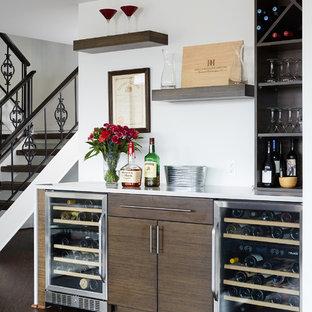 Modelo de bar en casa lineal, contemporáneo, con puertas de armario de madera en tonos medios, suelo de madera oscura y suelo marrón