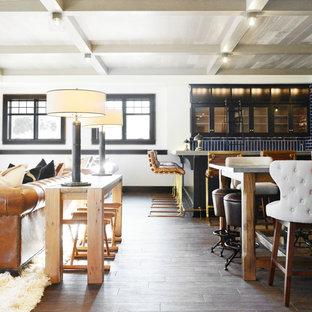 ミルウォーキーの広いラスティックスタイルのおしゃれな着席型バー (コの字型、アンダーカウンターシンク、ガラス扉のキャビネット、黒いキャビネット、亜鉛製カウンター、青いキッチンパネル、セラミックタイルのキッチンパネル、磁器タイルの床、茶色い床、グレーのキッチンカウンター) の写真