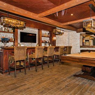 Ispirazione per un ampio bancone bar rustico con lavello da incasso, nessun'anta, top in legno, paraspruzzi beige, paraspruzzi in lastra di pietra, pavimento in bambù, pavimento marrone e ante in legno bruno