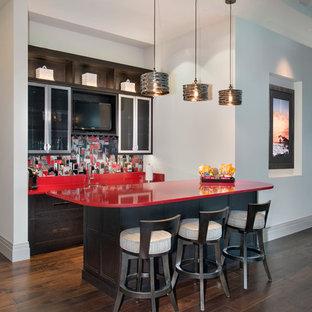 マイアミのコンテンポラリースタイルのおしゃれな着席型バー (ガラス扉のキャビネット、マルチカラーのキッチンパネル、濃色無垢フローリング、ll型、濃色木目調キャビネット、クオーツストーンカウンター、赤いキッチンカウンター) の写真