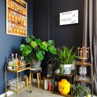 Imagen de bar en casa con carrito de bar bohemio, de tamaño medio, con suelo gris