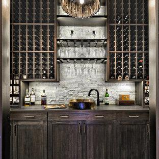 マイアミの地中海スタイルのおしゃれなウェット バー (I型、ドロップインシンク、シェーカースタイル扉のキャビネット、濃色木目調キャビネット、グレーのキッチンパネル、濃色無垢フローリング、黒い床) の写真