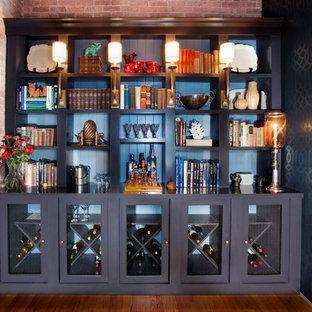シカゴのエクレクティックスタイルのおしゃれなウェット バー (I型、オープンシェルフ、黒いキャビネット、青いキッチンパネル、濃色無垢フローリング、黒いキッチンカウンター) の写真