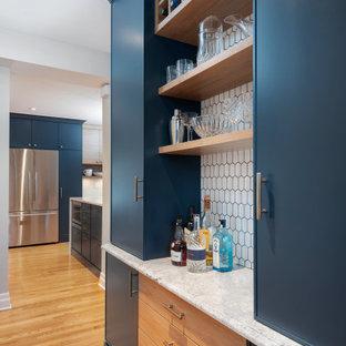 オタワのコンテンポラリースタイルのおしゃれなドライ バー (シンクなし、家具調キャビネット、青いキャビネット、クオーツストーンカウンター、白いキッチンパネル、モザイクタイルのキッチンパネル) の写真