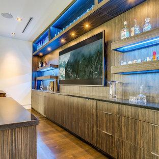 Ispirazione per un armadio bar moderno con top in vetro, ante in legno scuro e ante lisce