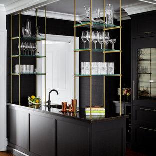 Esempio di un grande angolo bar con lavandino classico con lavello integrato, ante con riquadro incassato, ante nere, top in acciaio inossidabile, paraspruzzi nero, paraspruzzi a specchio, pavimento in legno massello medio, pavimento marrone e top multicolore