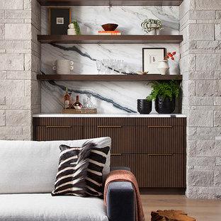 Idee per un angolo bar con lavandino minimalista con ante a filo, ante in legno bruno, top in quarzite, paraspruzzi bianco, paraspruzzi in lastra di pietra, pavimento in legno massello medio e top bianco