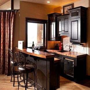 Idée de décoration pour un bar de salon parallèle tradition de taille moyenne avec un sol en bois brun, des tabourets, un évier posé, un placard avec porte à panneau surélevé, des portes de placard en bois sombre, un plan de travail en bois et un plan de travail marron.