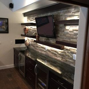 Foto di un bancone bar classico di medie dimensioni con ante in legno bruno, paraspruzzi grigio, paraspruzzi con piastrelle in pietra, pavimento in gres porcellanato e lavello sottopiano