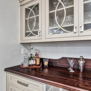 ニューヨークの中くらいのトランジショナルスタイルのおしゃれなウェット バー (I型、インセット扉のキャビネット、ベージュのキャビネット、木材カウンター、塗装フローリング、茶色い床、茶色いキッチンカウンター) の写真