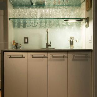 ワシントンD.C.のモダンスタイルのおしゃれなウェット バー (I型、フラットパネル扉のキャビネット、グレーのキャビネット、白いキッチンパネル、ガラス板のキッチンパネル) の写真