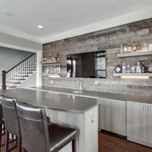 Ispirazione per un grande angolo bar con lavandino chic con lavello sottopiano, ante lisce, ante grigie, paraspruzzi grigio, paraspruzzi in legno, pavimento in legno massello medio e pavimento marrone