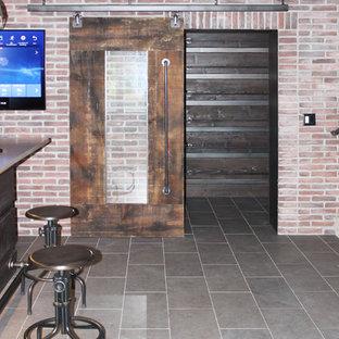 シーダーラピッズの中くらいのインダストリアルスタイルのおしゃれな着席型バー (コの字型、アンダーカウンターシンク、フラットパネル扉のキャビネット、濃色木目調キャビネット、珪岩カウンター、赤いキッチンパネル、レンガのキッチンパネル、セラミックタイルの床、グレーの床、ベージュのキッチンカウンター) の写真