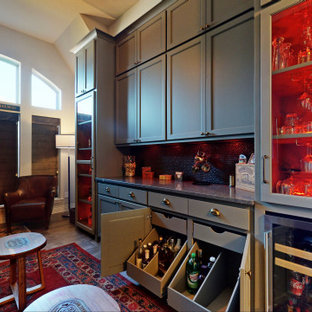 ダラスの広いトラディショナルスタイルのおしゃれなドライ バー (I型、シンクなし、シェーカースタイル扉のキャビネット、グレーのキャビネット、御影石カウンター、茶色いキッチンパネル、セラミックタイルのキッチンパネル、セラミックタイルの床、グレーの床、グレーのキッチンカウンター) の写真