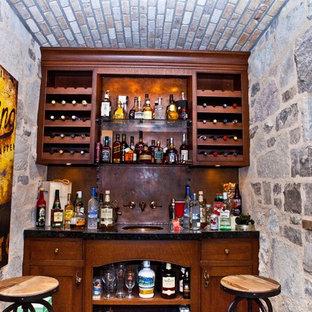 Diseño de bar en casa con fregadero lineal, tradicional, pequeño, con fregadero bajoencimera, armarios estilo shaker, puertas de armario de madera en tonos medios y salpicadero marrón