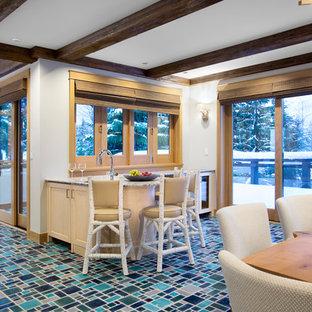 他の地域のラスティックスタイルのおしゃれなウェットバー (アンダーカウンターシンク、シェーカースタイル扉のキャビネット、淡色木目調キャビネット、御影石カウンター、ターコイズの床、グレーのキッチンカウンター、セラミックタイルの床) の写真