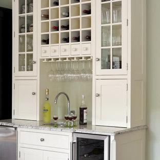 Idéer för en klassisk hemmabar, med en undermonterad diskho, skåp i shakerstil, vita skåp och granitbänkskiva