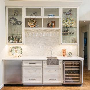 Cette image montre un bar de salon avec évier linéaire traditionnel avec un placard à porte shaker et des portes de placard blanches.