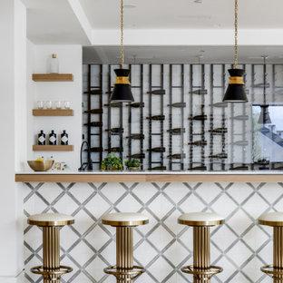 ロサンゼルスのミッドセンチュリースタイルのおしゃれな着席型バー (淡色無垢フローリング、ベージュの床、白いキッチンカウンター) の写真
