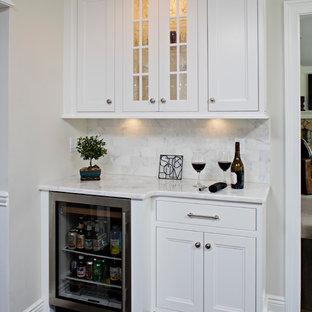 Foto di un angolo bar di medie dimensioni con nessun lavello, ante in stile shaker, ante bianche, top in granito, paraspruzzi bianco, paraspruzzi con piastrelle in ceramica e parquet scuro