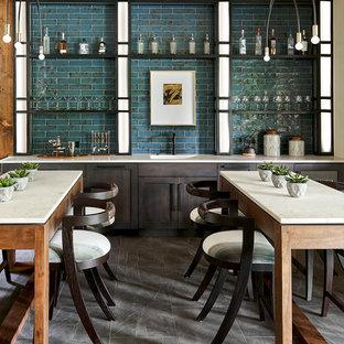 Foto di un grande angolo bar con lavandino stile rurale con lavello integrato, ante in legno bruno, top in superficie solida, paraspruzzi con piastrelle diamantate, pavimento in ardesia, pavimento grigio, top bianco, ante in stile shaker e paraspruzzi verde