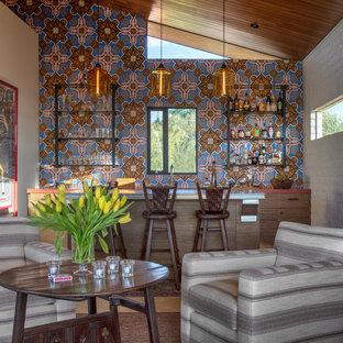 フェニックスのコンテンポラリースタイルのおしゃれな着席型バー (ll型、フラットパネル扉のキャビネット、中間色木目調キャビネット、マルチカラーのキッチンパネル、赤いキッチンカウンター) の写真