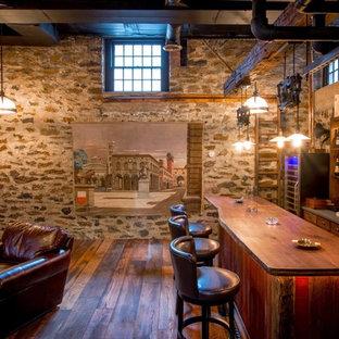 Immagine di un bancone bar rustico con pavimento in legno massello medio, lavello sottopiano, ante lisce, ante con finitura invecchiata, top in legno, pavimento marrone e top marrone