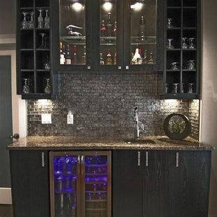 Immagine di un piccolo armadio bar minimal con lavello sottopiano, ante lisce, ante nere, top in granito, paraspruzzi con piastrelle in pietra, pavimento con piastrelle in ceramica e paraspruzzi grigio