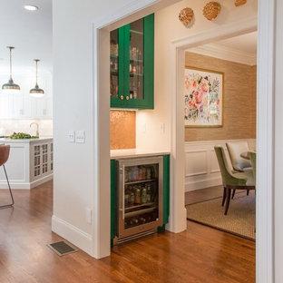 ボストンの小さいトランジショナルスタイルのおしゃれなウェット バー (ガラス扉のキャビネット、緑のキャビネット、クオーツストーンカウンター、セラミックタイルのキッチンパネル) の写真