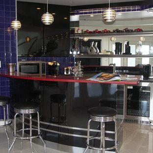 Idee per un bancone bar chic di medie dimensioni con lavello da incasso, ante lisce, ante nere, top in superficie solida, paraspruzzi a specchio, pavimento in gres porcellanato, paraspruzzi blu, pavimento beige e top rosso