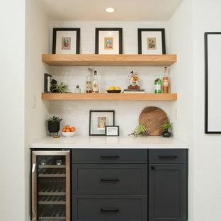オースティンのカントリー風おしゃれなウェット バー (シェーカースタイル扉のキャビネット、青いキャビネット、クオーツストーンカウンター、白いキッチンパネル、テラコッタタイルのキッチンパネル、無垢フローリング、茶色い床、白いキッチンカウンター、I型) の写真