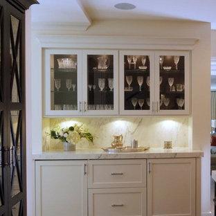 シカゴのトランジショナルスタイルのおしゃれなホームバー (大理石のキッチンパネル) の写真