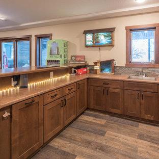 Esempio di un piccolo angolo bar stile americano con lavello sottopiano, ante in stile shaker, ante in legno scuro, top in laminato, paraspruzzi multicolore, paraspruzzi con piastrelle in pietra, pavimento in linoleum, pavimento marrone e top marrone