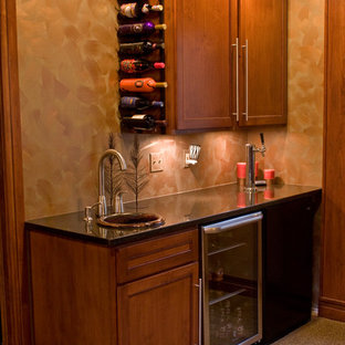デンバーの小さいトランジショナルスタイルのおしゃれなウェット バー (カーペット敷き、I型、ドロップインシンク、シェーカースタイル扉のキャビネット、中間色木目調キャビネット、ベージュの床) の写真
