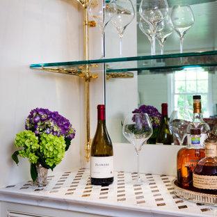 フィラデルフィアの中くらいのトラディショナルスタイルのおしゃれなドライ バー (I型、インセット扉のキャビネット、白いキャビネット、大理石カウンター、白いキッチンカウンター) の写真