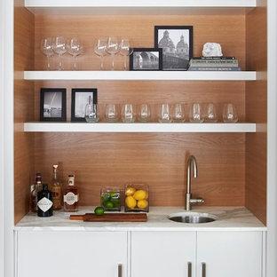 Idées déco pour un bar de salon moderne avec un bar à boissons, un évier encastré, des portes de placard blanches et un placard à porte plane.