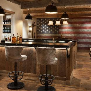 Ispirazione per un grande angolo bar con lavandino stile rurale con top in zinco, pavimento in legno massello medio, pavimento marrone, ante in legno scuro e top nero
