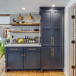 ボストンのトランジショナルスタイルのおしゃれなドライ バー (I型、シェーカースタイル扉のキャビネット、青いキャビネット、無垢フローリング、茶色い床、白いキッチンカウンター) の写真