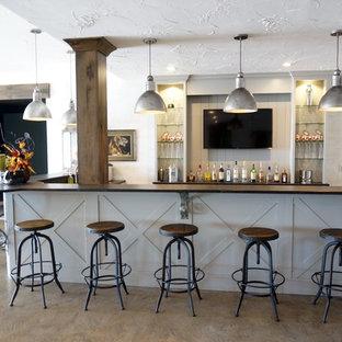 Ispirazione per un grande angolo bar con lavandino stile americano con nessun'anta, ante bianche e pavimento in cemento