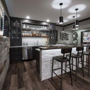 Foto di un grande angolo bar american style con pavimento in laminato