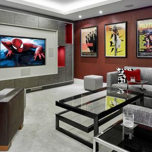 Immagine di un home theatre design di medie dimensioni e chiuso con pareti rosse, moquette e parete attrezzata