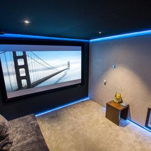 Foto di un piccolo home theatre minimal chiuso con pareti beige, moquette e schermo di proiezione