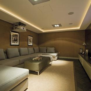 Idee per un home theatre design con pareti marroni