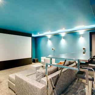 Mittelgroßes, Abgetrenntes Klassisches Heimkino mit blauer Wandfarbe, Teppichboden und Leinwand in West Midlands