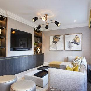 Idéer för att renovera ett litet funkis avskild hemmabio, med beige väggar, heltäckningsmatta, en inbyggd mediavägg och beiget golv