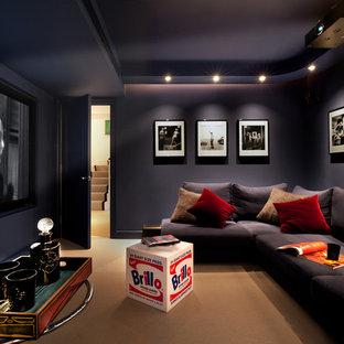Immagine di un piccolo home theatre minimal chiuso con pareti nere, moquette, schermo di proiezione e pavimento marrone