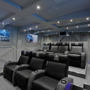 Inspiration för ett stort industriellt avskild hemmabio, med grå väggar, heltäckningsmatta och grått golv